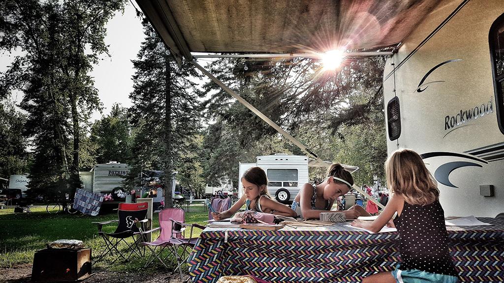 Enfants qui travaillent dans un camping