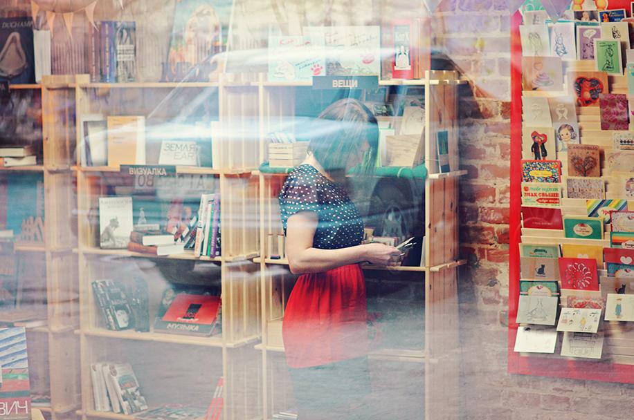 Femme qui est sur son téléphone dans une librairie